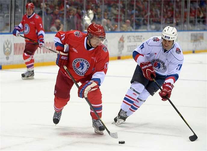 Tổng thống Nga Vladimir Putin trong trận đấu giữa các cầu thủ khúc côn cầu nghiệp dư và các ngôi sao khúc côn cầu quốc gia