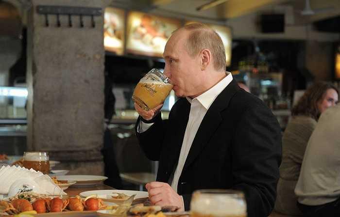Thủ tướng Nga Vladimir Putin trong chuyến thăm quán bia Zhiguli trên phố Novy Arbat