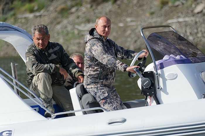 Tổng thống Nga Vladimir Putin và Bộ trưởng Quốc phòng Nga Sergei Shoigu trong chuyến thăm Khu bảo tổn sinh quyển thiên nhiên Quốc gia Sayano-Shushenskaya