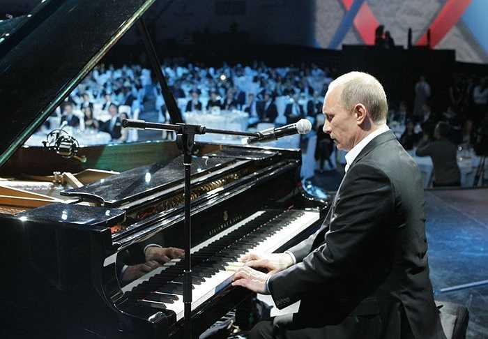 Thủ tướng Nga Vladimir Putin chơi piano trong một buổi hòa nhạc từ thiện tại Cung điện băng Ice Palace ở St. Petersburg