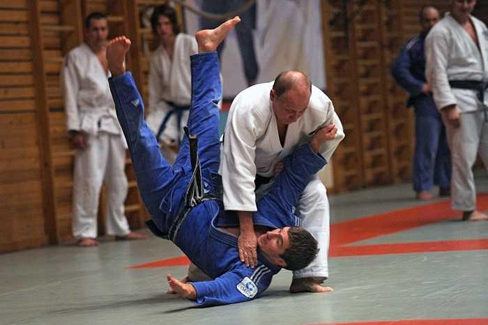 Tổng thống Vladimir Putin biểu diễn một thế võ judo