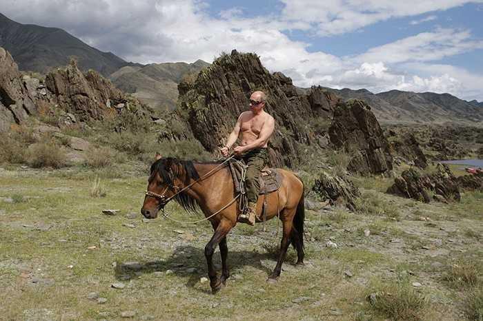 Thủ tướng Vladimir Putin cưỡi ngựa trong một kỳ nghỉ tại nước Cộng hòa Tyva