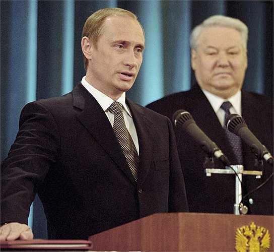 Ông Vladimir Putin (trái) đọc lời tuyên thệ của Tổng thống Liên bang Nga, bên phải - Tổng thống đầu tiên của Nga, ông Boris Yeltsin