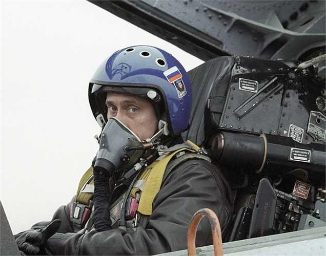 Vladimir Putin trong buồng lái của tiêm kích cơ đánh chặn Su-27
