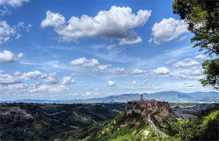 Ở Italia, thành phố 2000 năm tuổi Laputa Civita di Bagnoregio vắng vẻ, không có một bóng người. Không gian ở đây toát lên sự cổ xưa với các công trình cổ kính