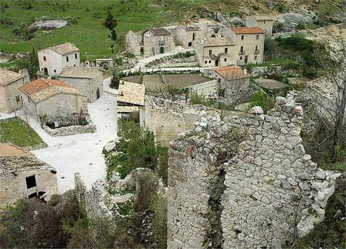 Một số thông tin nói, có thể động đất, thiên tai hoặc quá trình di dân đã để lại thành phố bỏ hoang này