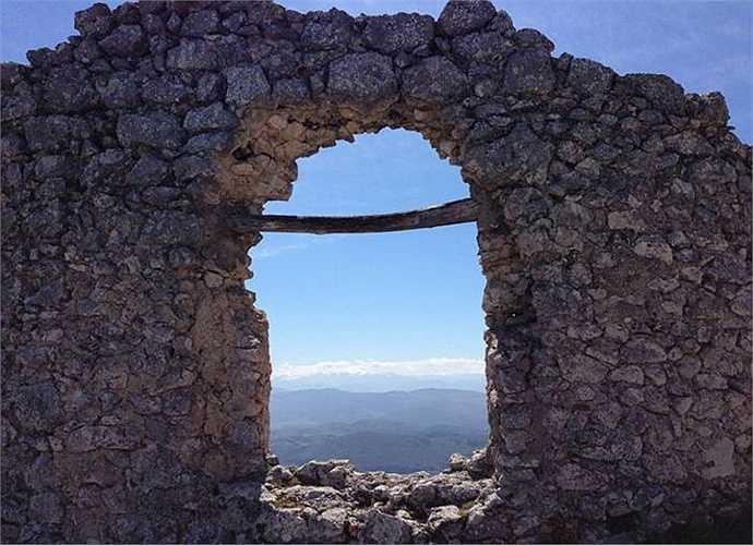 Thị trấn Rocca Calascio từng thuộc về một gia đình và cũng là pháo đài quân sự nay cũng bỏ hoang