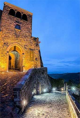 Civita di Bagnoregio bỏ hoang nhưng ẩn chứa vẻ đẹp thơ mộng. Nơi đây đựoc xây dựng cách đây 2000 năm và đang đứng trước nguy cơ bị sụp đổ do nắng mưa, thời gian
