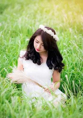 Khoác trên mình bộ đầm trắng tinh khiết, Thảo Rosy trông đẹp như nữ thần trên cánh đồng cỏ lau.