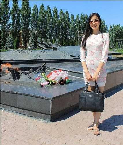 Liên từng là một trong nhũng học sinh xuất sắc nhất của quận Frunzenskii, Phó bí thư trường tình nguyện quận Frunzenskii - thành phố  Kharkiv - Ukraina, Giải đặc biệt khu vực cuộc thi Pushkin; Giải nhì môn Lịch sử quận Frunzenskii.