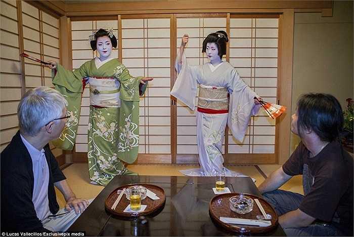 Geisha là người 'bán' tài năng cho mục đích giải trí để trở nên giàu có và quyền lực - chứ không phải là cơ thể của họ. Đến nay nhiều người vẫn còn 'đánh đồng' họ với gái mại dâm, đặc biệt là người phương Tây.