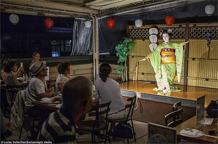 Một thực tập sinh đang thể thiện một điệu múa tại một phòng trà ở một khu vực của Geisha, Gion.