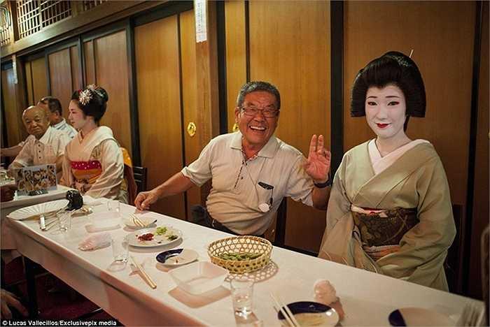 Geisha và khách hàng trong Ochaya, một phòng trà ở một khu vực của Geisha, Kamishichiken.