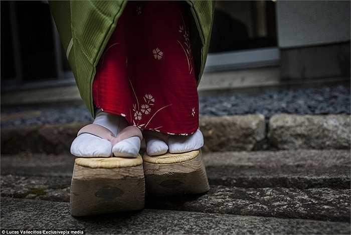 Họ còn phải đi một đôi giày cao chênh vênh được làm bằng gỗ có tên là Okobo - tương tự cũng là một đôi giày mang đậm chất truyền thống.