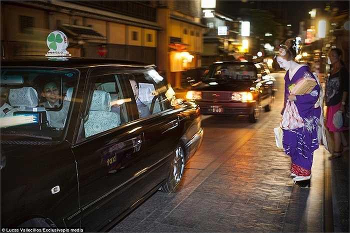 Và thường đi taxi để trở về Okiya, nhà của các Geisha vào tối muộn.
