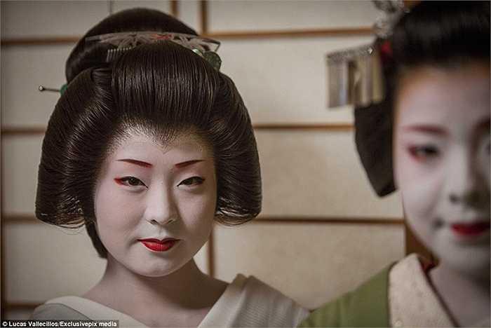 Nơi những Geisha sinh sống và đào tạo được gọi là Okiya, được hiểu là nhà của các Geisha. Họ sẽ phải làm việc nhà cả ngày lẫn đêm khi ở đây.