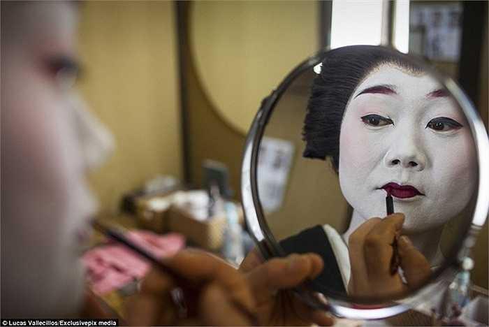 Một nàng Geiko đúng nghĩa sẽ phải trang điểm để có một khuôn mặt trắng, một đôi mắt đen và một đôi môi đỏ.