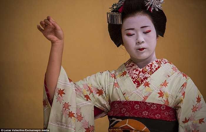 Các Geisha được đào tạo cách nhảy truyền thống và giữ được cơ thể trong tư thế thăng bằng. Họ còn phải học cách quỳ một chỗ, được gọi là 'seiza' với tư thế chân gấp lại dưới đùi.