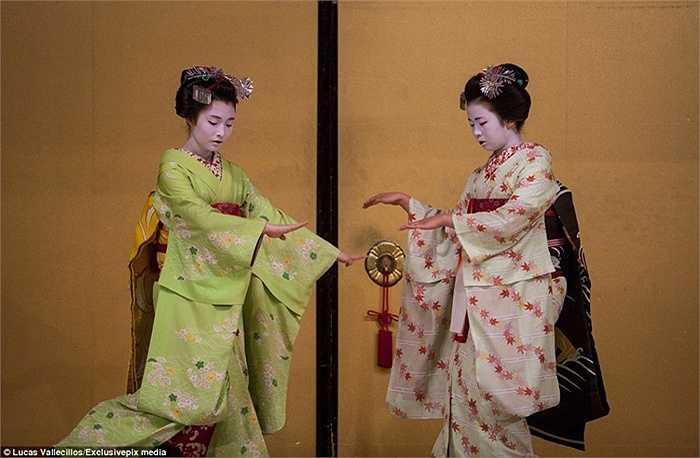 Các thực tập sinh phải dành hàng nhiều năm học tập để biết cách khiêu vũ và chơi nhạc cụ.