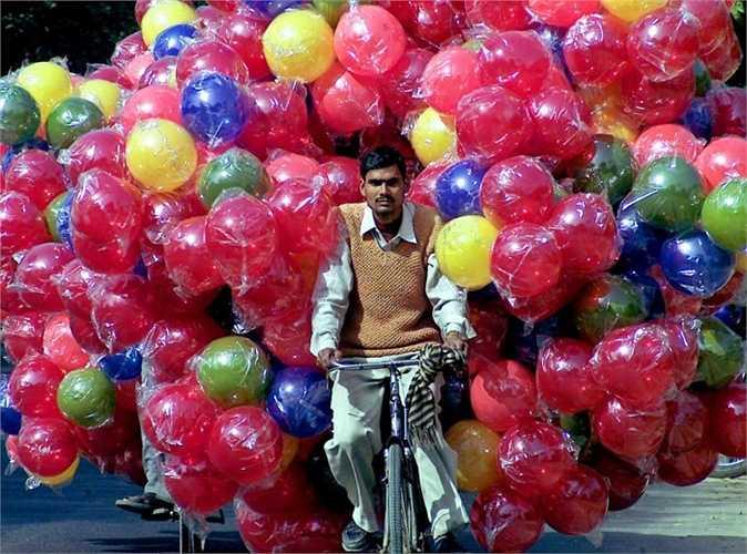 Người đàn ông Ấn Độ với chiếc xe đạp thô sơ nhưng có thể chở đằng sau hàng trăm quả bóng bay và điều này khiến cho báo Tây vô cùng ngỡ ngàng.
