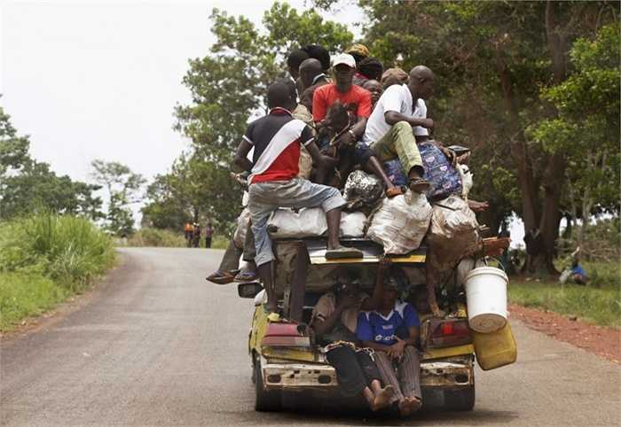 Những chiếc ô tô đời cũ ở Cộng hòa Trung Phi luôn đầy chặt và chất đống người, hàng hóa