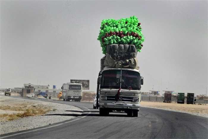 Chiếc xe bus ở Afghanistan với hàng hóa chất đầy trên nóc