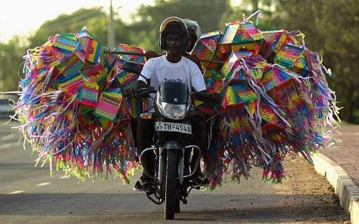 Chiếc xe máy chở đèn lồng trên đường phố Sri Lanka