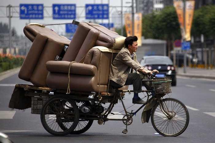 Người đàn ông này có thể chở cả bộ sofa với một chiếc xe đạp thô sơ