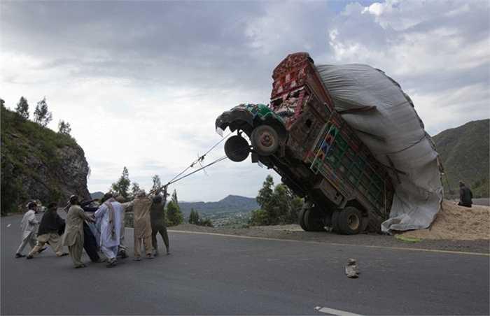 Và thi thoảng một số tai nạn hy hữu như thế này xảy ra. Hình ảnh được ghi lại tại Pakistan
