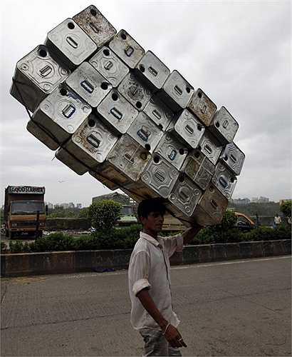Người dân Ân Độ mang chồng can đựng nước đến nơi tái chế