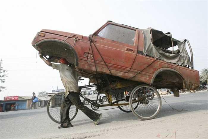 Chẳng cần đến phương tiện hiện đại, xe đạp thô sơ là đủ để vận chuyển chiếc ô tô này
