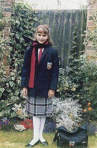 Khi bắt đầu đi học, nhiều bạn bè của cô nàng tỏ ra ghen tỵ với Vic khi cô bé được ngồi trên chiếc Rolls-Royce tới trường trong khi họ phải di chuyển bằng xe buýt.