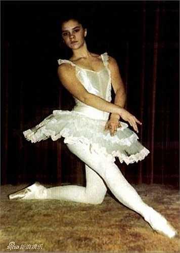 Để quên đi việc bị ghẻ lạnh tại trường, Vic dành thời gian chủ yếu cho việc học múa.