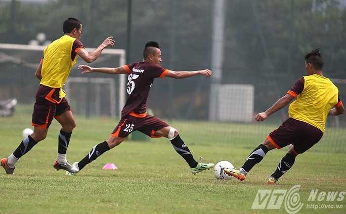 HLV Miura cho các học trò thi đấu 7 vs 7 (Ảnh: Quang Minh)