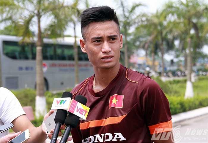 Sau buổi tập, Vũ Minh Tuấn được HLV Miura cho phép trả lời báo chí (Ảnh: Quang Minh)