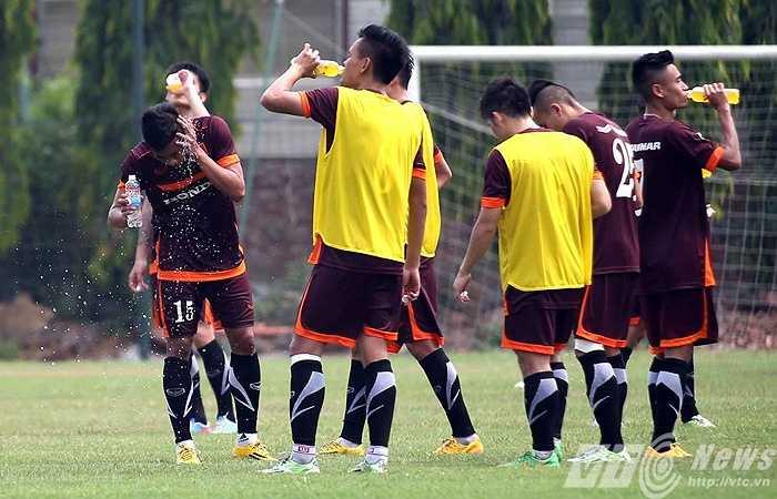 Các cầu thủ còn lại nhanh chóng đi 'nạp nước' (Ảnh: Quang Minh)