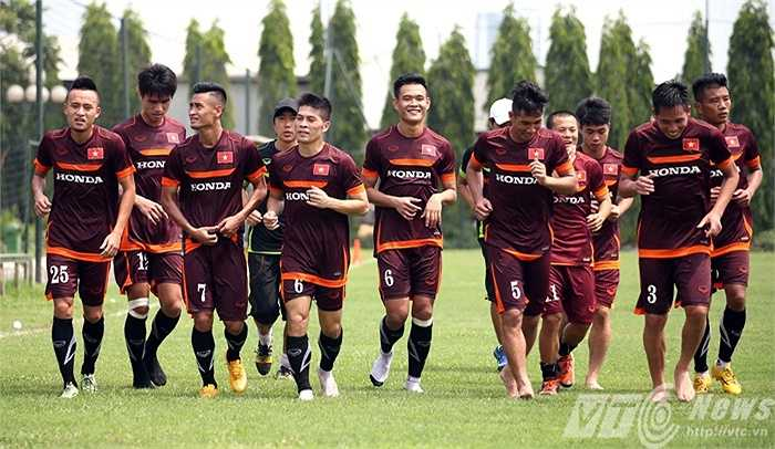 Khá nhiều tuyển thủ đã cởi giày, chạy chân trần để tránh nóng (Ảnh: Quang Minh)