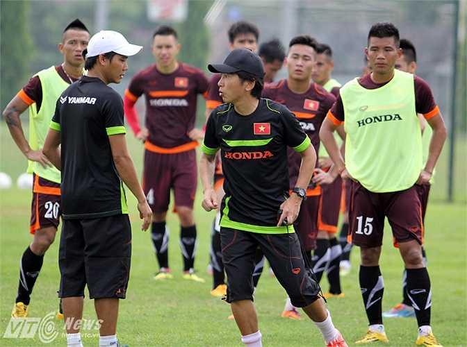 Miura thị phạm cho các cầu thủ.