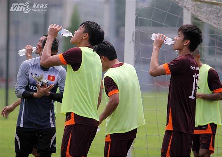 Các càu thủ liên tục dừng lại uống nước.