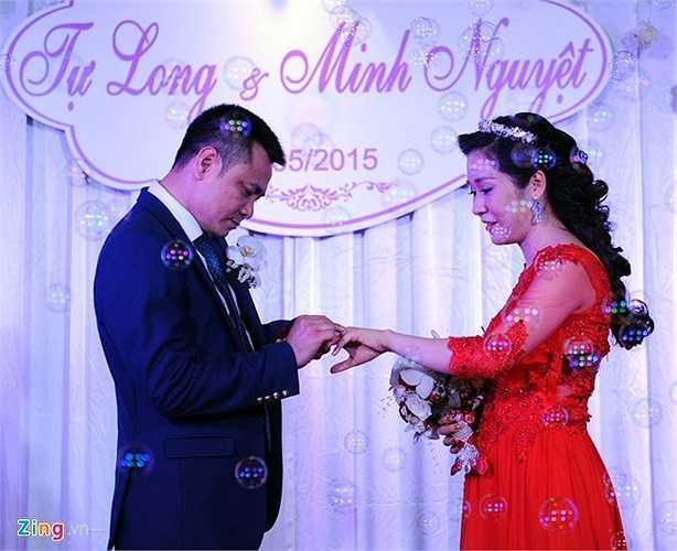 Vốn là quý ông kín tiếng nhất nhì showbiz, Tự Long khiến người hâm mộ và truyền thông bất ngờ khi tái hôn. Bà xã của Tự Long là Trần Minh Nguyệt -cán bộ Đại học Văn hóa Nghệ thuật Quân đội.