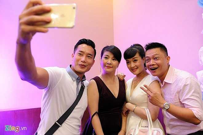 Đồng nghiệp đều mừng cho Tự Long khi anh tìm được niềm vui mới. BTV Hoa Thanh Tùng, Quang Minh chụp ảnh 'selfie' bên nghệ sĩ Kim Oanh, Vân Dung.