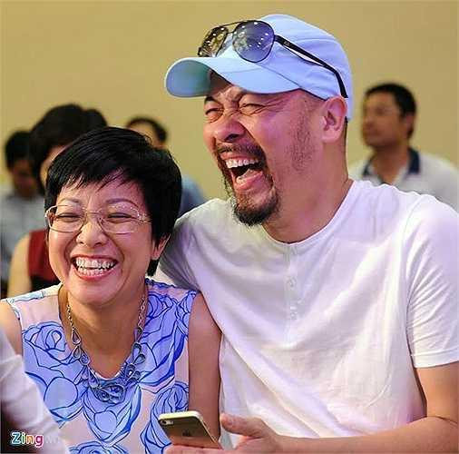 NTK Đức Hùng và MC Thảo Vân cười tươi rói trong ngày vui của Phó Giám đốc Nhà hát Chèo.