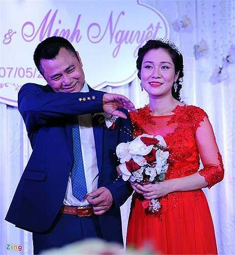 Đúng 18h, hôn lễ của Tự Long - Minh Nguyệt được diễn ra với sự chứng kiến của người thân, khách mời hai bên gia đình, bạn bè, đồng nghiệp. Tự Long không giấu được sự bối rối trong lần tái hôn. Danh hài liên tục đưa tay áo lên quệt mồ hôi.