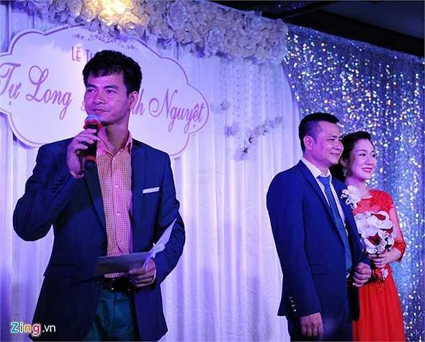 Xuân Bắc thay sang trang phục áo sơ mi, vest để đóng vai trò MC của buổi lễ thành hôn. Anh mang đến bầu không khí thoải mái cho ngày vui của người bạn thân.