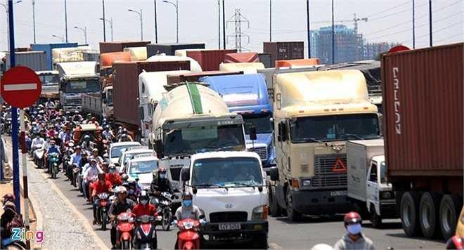 Đến 7h cùng ngày, dòng xe bị kẹt kéo dài gần 5 km từ ngã tư MK trên xa lộ Hà Nội đến đoạn quay đầu xe gần ngã ba Cát Lái. Hàng nghìn ôtô, xe máy 'chết đứng' vào giờ cao điểm, trong nắng nóng.