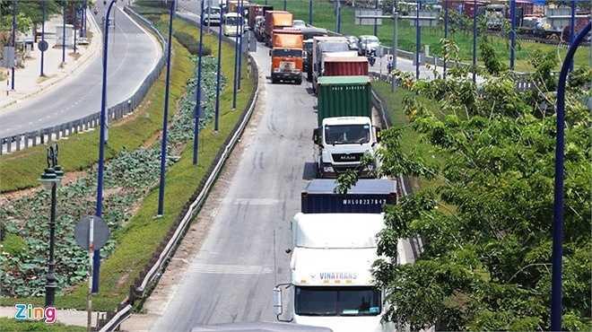Đến 14h, hướng xe từ Mai Chí Thọ ra ngã ba Cát Lái đã giảm bớt ùn tắc, nhưng dòng xe vẫn di chuyển chậm.
