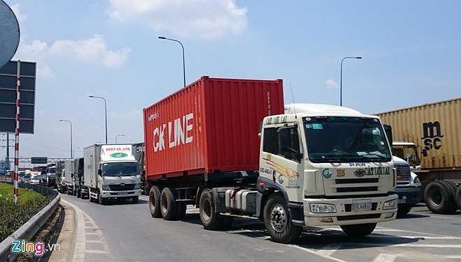 Đại lộ Mai Chí Thọ kẹt nghiêm trọng từ chân cầu vượt Cát Lái qua ngã ba Nguyễn Thị Định (hướng vào cao tốc TP HCM - Long Thành - Dầu Giây) đến ngã ba Đồng Văn Cống (hướng vào cảng Cát Lái), dài hơn 3 km.