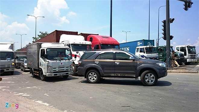 Hơn 14h, toàn bộ mặt đường Mai Chí Thọ, từ cầu vượt Cát Lái đến Đồng Văn Cống tràn ngập các loại ôtô, dàn thành nhiều hàng, kể cả trên phần đường xe máy.