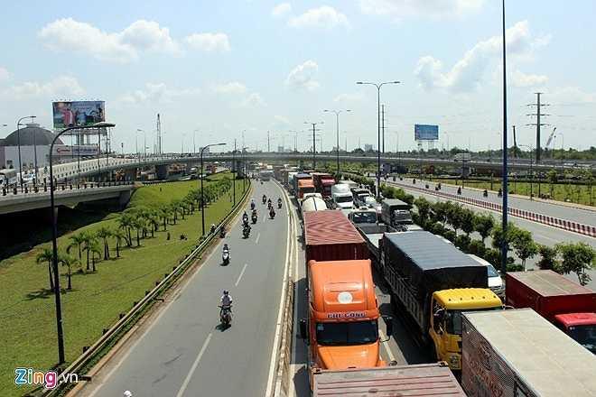 Hàng nghìn ôtô xếp hàng trên xa lộ Hà Nội, đoạn khoảng cách giữa hai nhánh cầu vượt Cái Lái, chờ tới lượt quay đầu qua đại lộ Mai Chí Thọ. Khoảng 10h, nhiều xe đầu kéo, xe tải nặng dừng trên nhánh cầu vượt Cát Lái vì kẹt xe không thể di chuyển.