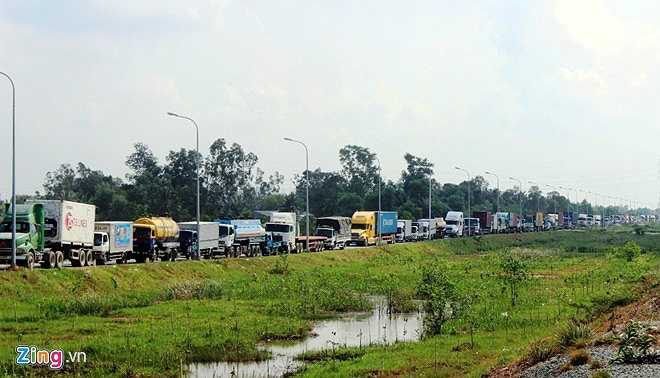Đường Vành Đai 2 (đường dẫn từ cầu Phú Mỹ ra Đồng Văn Cống và cảng Cát Lái) cũng bị kẹt xe từ sáng sớm, kéo dài hơn 6 km.